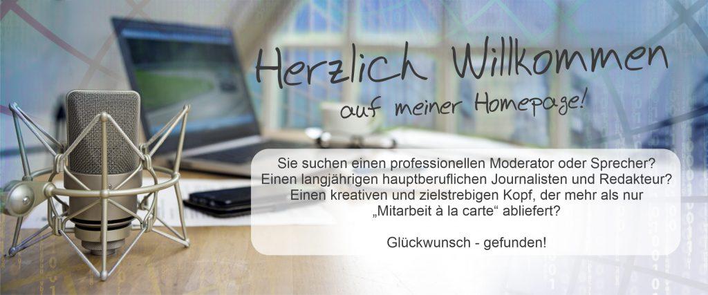 Willkommensbild mit Schreibtisch, Mikofon, Computer sowie kurzerm Willkommenstext.